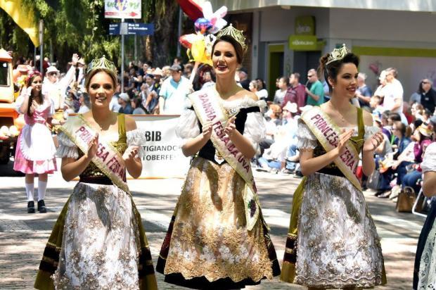 Soberanas desfilam na Oktoberfest de Santa Cruz do Sul