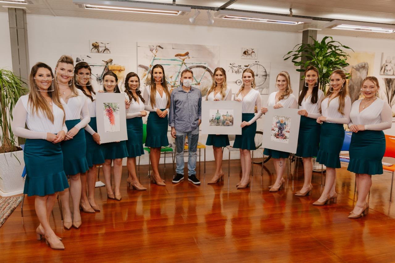 Candidatas visitam galeria do artista Antonio Giacomin