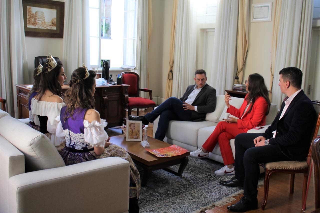 Trio de rainha e princesas da Festa da Uva cumpre agenda de visitas para divulgar a Festa das Colheitas
