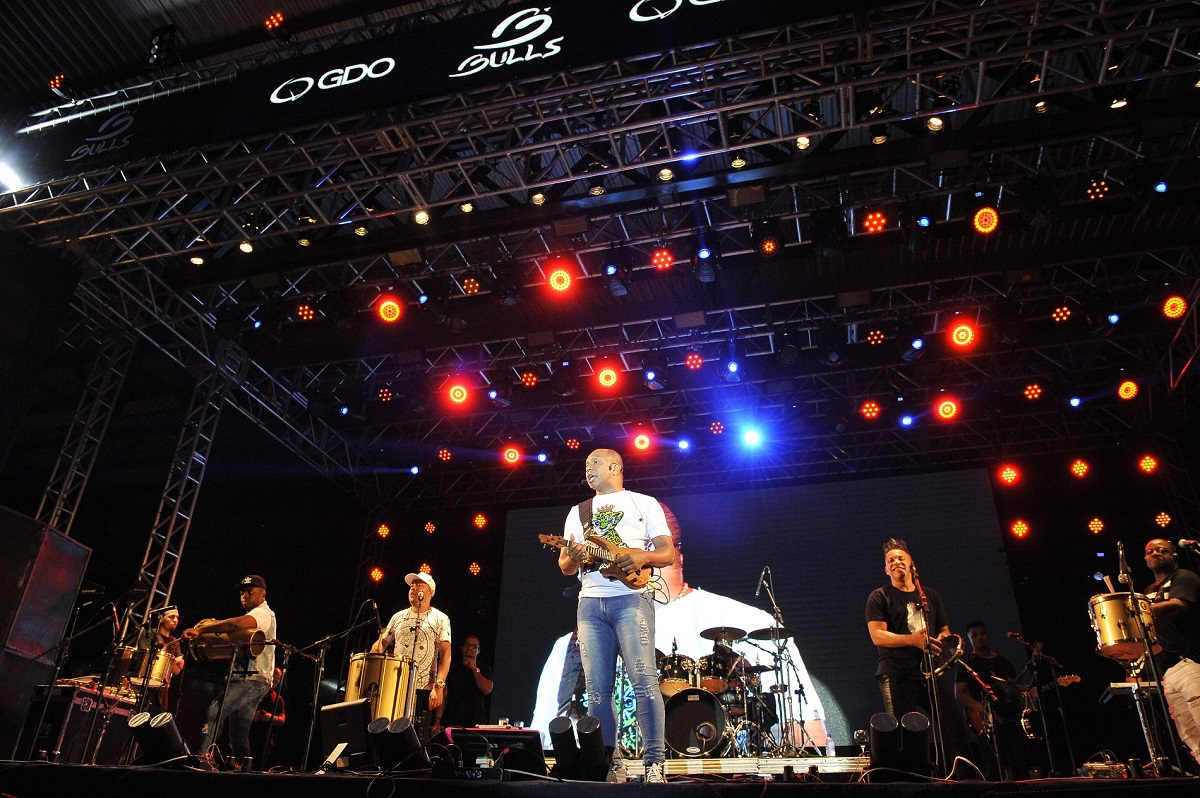 Grupo Molejo e Thiaguinho animam o público na primeira noite de shows da Festa da Uva 2019
