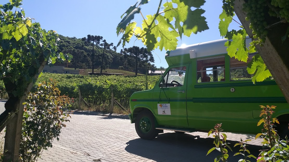 """""""Andiamo"""": ônibus turístico levará visitantes da Festa das Colheitas para interior de Caxias do Sul"""